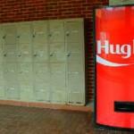 Weer eens een feel-good idee van Coca Cola, de Hug me automaat