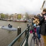 Onderzeeër vaart door de grachten van Amsterdam omdat de bijziende kapitein geen kaart kon lezen