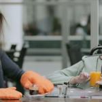 Jan Kooijman steunt het spierfonds met ovenwanten