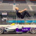 Skyfall stuntman springt over een Formule E auto
